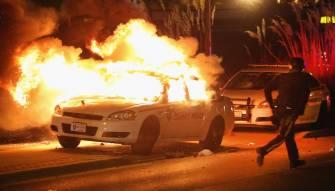 بالفيديو شرطي شجاع ينقذ رجل من سيارة تحترق...