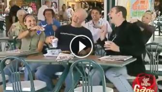 مقلب يفقد رواد مطعم عقولهم... لا تفوتوا مشاهدته!