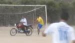 بالفيديو حارس مرمى يشارك بهجمة ويعود على دراجة نارية الى المرمى