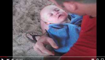 شاهد: أب يحاول فتح فم ابنه النائم بطريقة عجيبة!