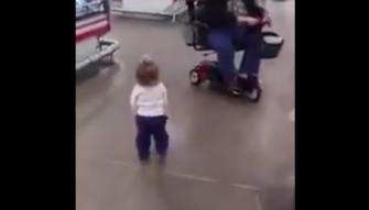 """بالفيديو: طفلة تنشر البهجة داخل """"سوبر ماركت"""""""
