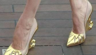 الإغتيال بحذاء إمرأة