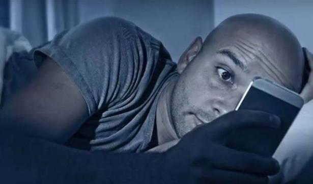 تحذير بالفيديو.. تصفح الهاتف قبل النوم يصيب بسرطان العين