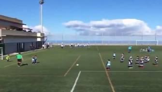 بالفيديو طفل يسجل هدف والمفاجأة تاتي بطريقة الاحتفال العجيبة
