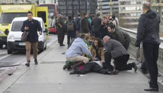 بالصورة.. وزير يحاول إنقاذ شرطي في هجوم برلمان لندن